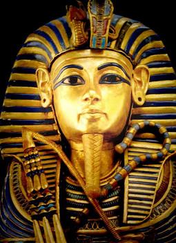 كم عاش فرعون