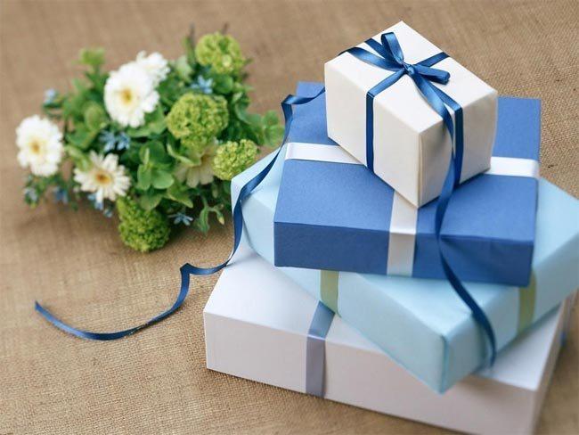 فاجئ حبيبك وقدم له الهدايا في غير وقتها.