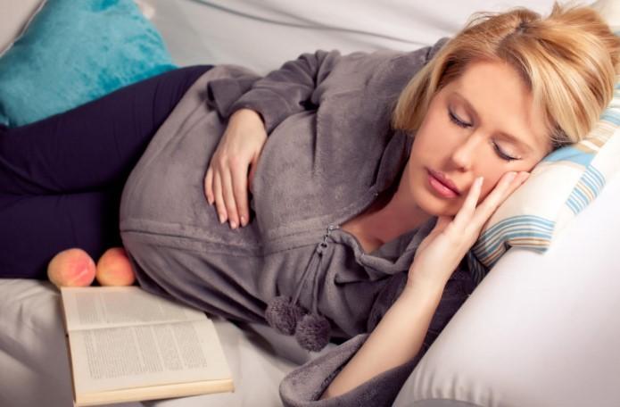 كيف تنام الحامل في الشهر التاسع